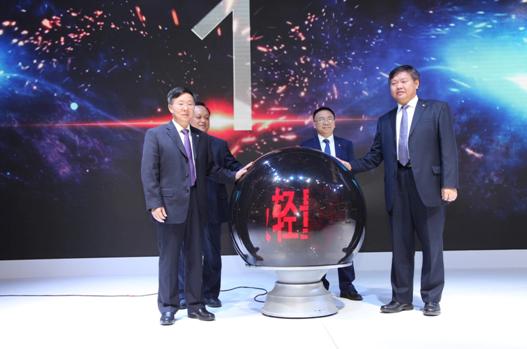 领导为乘龙H5全国上市揭幕。
