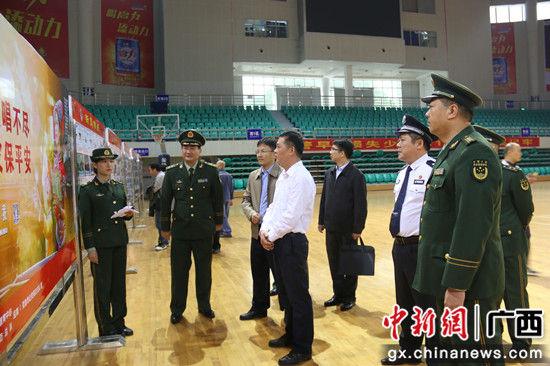 罗棋权副市长一行参观消防展板和器材。