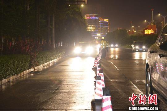 图为交警正在查处滥用远光灯行为。 陆祖江 摄