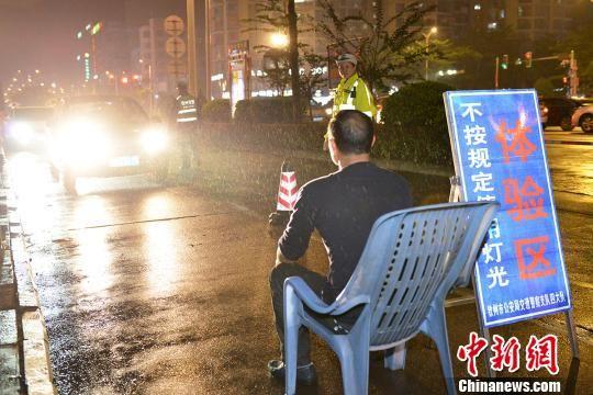 图为滥用远光灯驾驶员在接受体验式教育。 陆祖江 摄