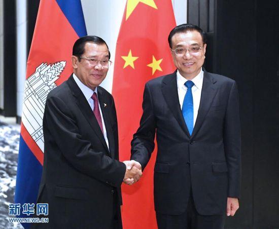 11月13日,国务院总理李克强在菲律宾马尼拉下榻饭店会见柬埔寨首相洪森。 新华社记者 饶爱民 摄