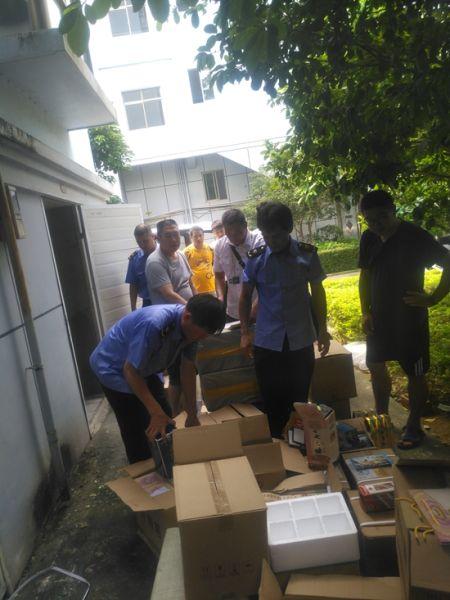 图为海城分局执法人员正在清查仓库中涉嫌侵权的酒。