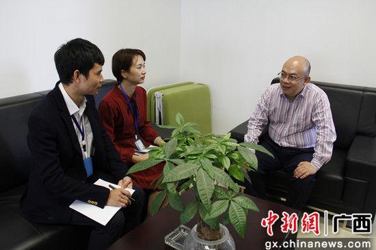 广西防城港核电有限公司财务部经理林丰(右一)介绍运营情况。