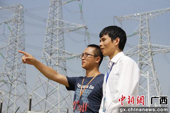 客户经理覃龙翔(右)在防城港核电站进行贷后回访。