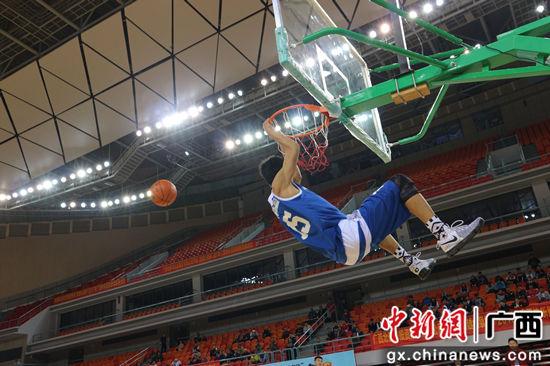 图为参赛队员表演扣篮。