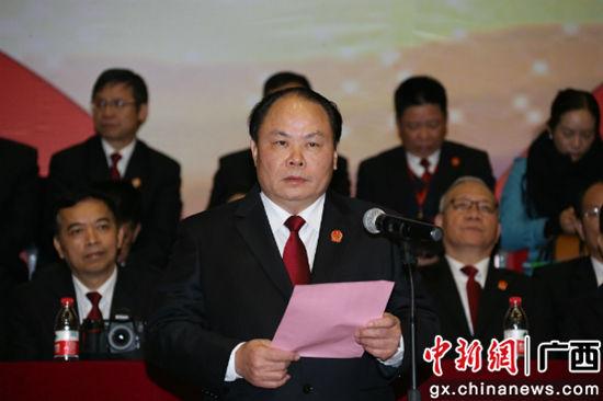 自治区高院党组书记、院长黄克致辞。