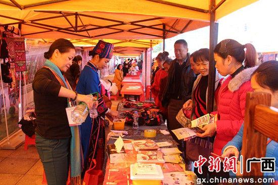 河池主会场集旅游商品展示。