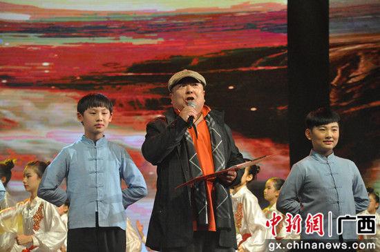 图为朗诵艺术家董浩和学生们同台表演《少年中国说》。 廖敏佳 摄