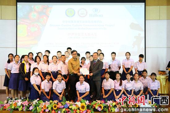 郭宇路领事为学员颁发证书。