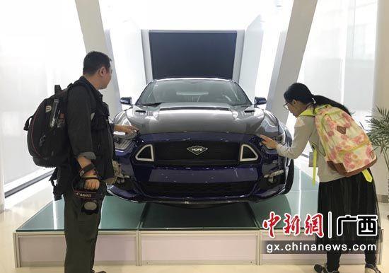 图为广西贵港市华奥新能源汽车有限公司研发的电动跑车。 钟建珊 摄