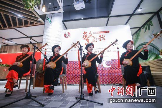 已有千年历史的壮族乐器天琴在肯德基广西民族文化主题餐厅响起。谈婕 摄 已有千年历史的壮族乐器天琴在肯德基广西民族文化主题餐厅响起。谈婕 摄