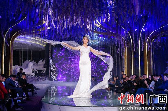 自拍女王身着广西著名服装设计师于泽龙设计广西少数民族服装走秀。