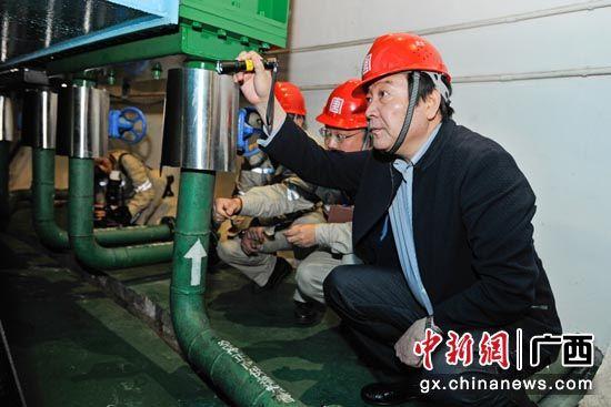 桂冠总经理李凯在岩滩水电站检查设备状况。蒋雪林 摄