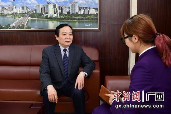 桂冠公司总经理、党组副书记李凯接受媒体采访。蒋雪林 摄