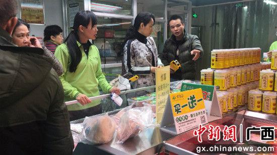 图为市民在选购东兰县农产品。