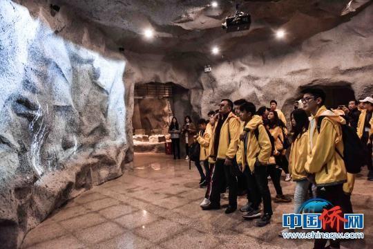 图为海外华裔青少年参观桂林甑皮岩国家考古遗址公园。 唐梦宪 摄