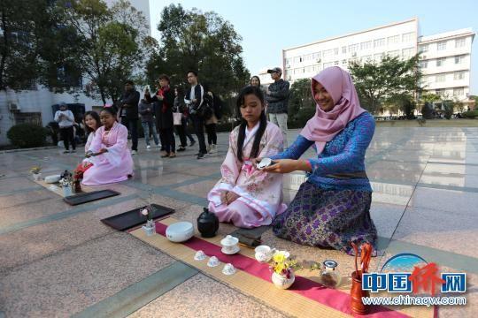 图为留学生茶艺表演。 宁毅 摄