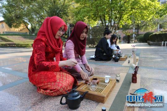 图为留学生茶艺表演。 李蓓 摄