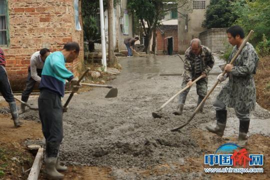 图为工人在桂林华侨旅游经济区修路。 王亚东 摄