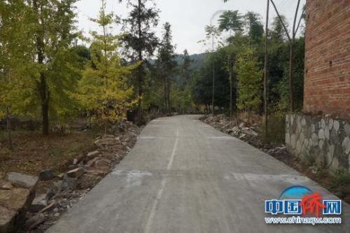 图为新修的的水泥路。 王亚东 摄