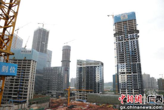 图为南宁市某建筑工地 。