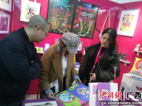 图为嘉宾在参观作品展。