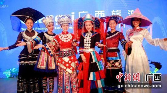图为推介会上展示的广西各族少数民族服饰。主办方供图