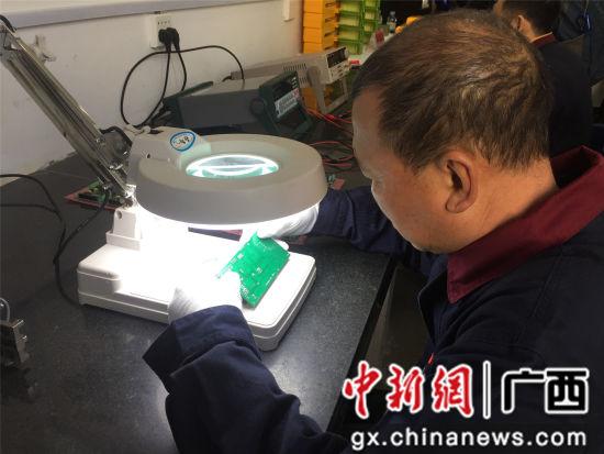1月9日,柳州科路测量仪器有限责任公司的一名工人正在对产品进行检测。
