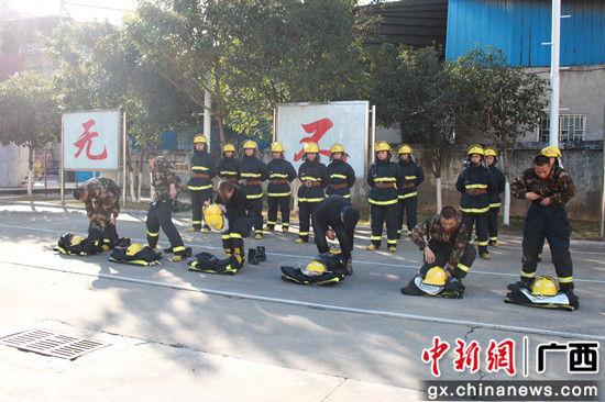 与消防官兵竞速原地着灭火战斗服。