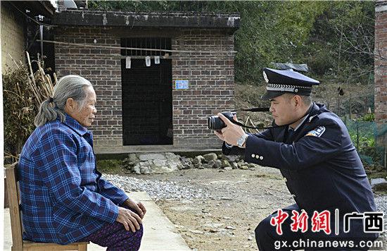 图为左启亮为行动不便的老人上门采集身份证照。甘勇 摄