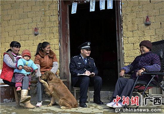 """图为左启亮拿出村警日志,记录下村民的需要和""""愿望""""。甘勇 摄"""