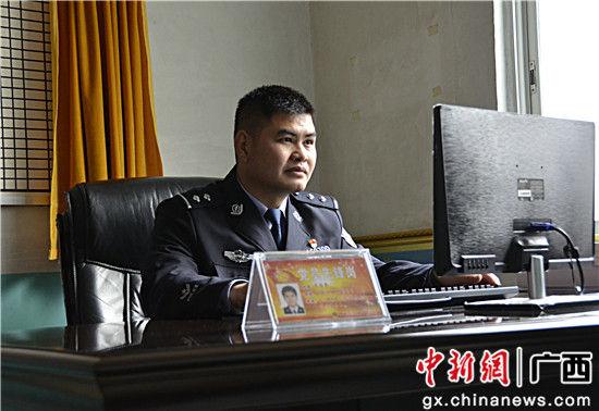 图为左启亮将村警日志录入电脑。甘勇 摄