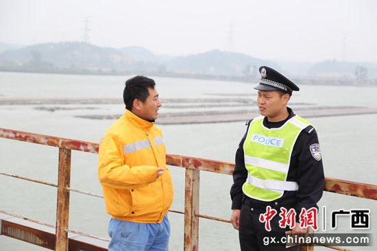 图为1月30日,黄鸿宇对正在施工的工作人员开展宣传