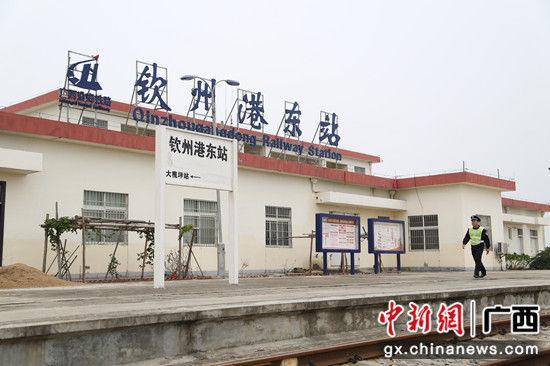 9.图为1月30日,黄鸿宇在钦州港东火车站经过。 梁荫发 摄