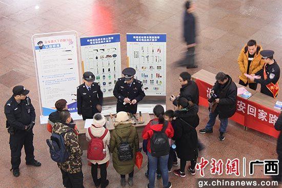 民警现场展示管制刀具,同时为旅客讲解安全常识 陈奇益 摄