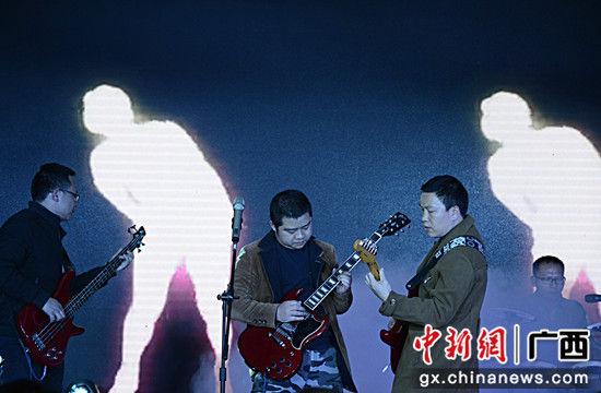 图为警民组建的指纹乐队弹唱《梦》。甘勇 摄