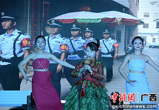 图为民警的女儿葫芦丝演奏《清清玉湖水》。甘勇 摄_