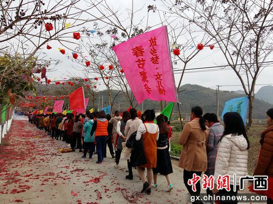 数百女儿列队回家聚会过节。