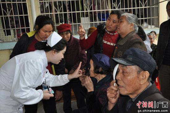 柳州市红十字会医院护士为居民测视力。韦兰纯 摄