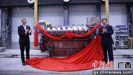 玉柴股份董事长晏平与MTU母公司罗尔斯-罗伊斯动力系统有限公司总裁Andreas Schell共同为S4000发动机揭幕。