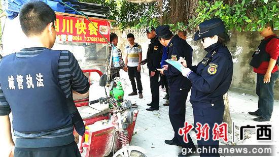柳南区城管执法人员对占道经营早餐点进行查处。
