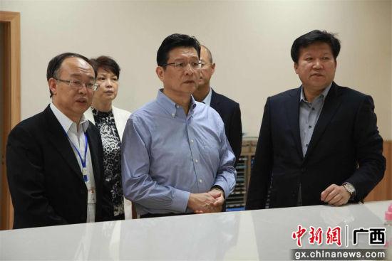 4月11日,柳州市委书记郑俊康、副市长卢柳屏带队到柳铁中心医院进行调研。