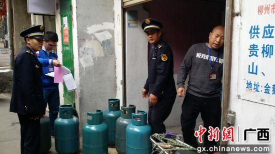 执法人员在陈某店铺查获的燃气瓶。