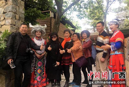 图为旅行社代表到阳朔县开展旅游考察。阳朔县委宣传部提供。