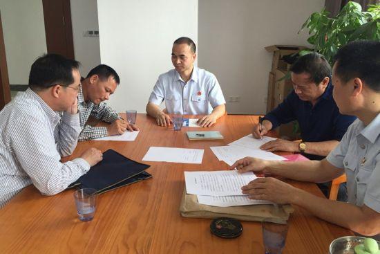 图为双方签订执行和解协议。