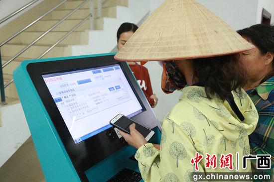 边民使用互市申报机对互市商品进行申报。