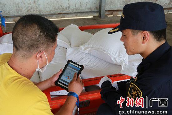 边民使用移动查验设备签名确认查验结果。