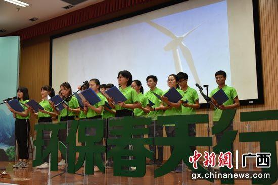 图为学生合唱《生态文明之歌》。