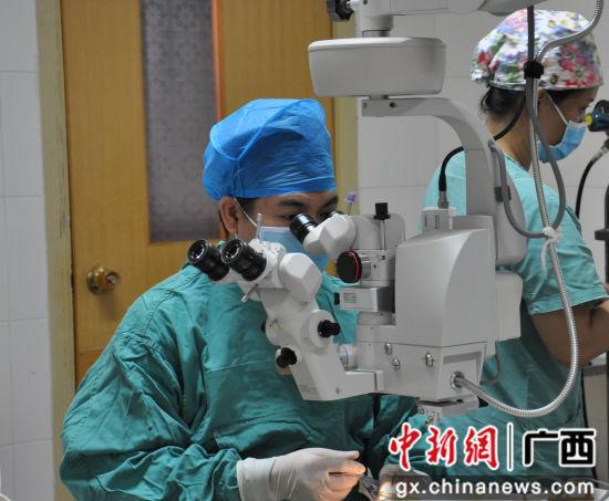 柳州市红十字会医院眼底病专科首席专家黄红波在为患者做手术。麦静 摄