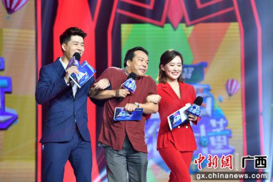 """""""广西笑星""""杨建伟(中)成为嘉宾主持人,与广西电视台综艺频道当家主持鹏鸣(左)、诗琪(右)组合,现场笑声不断。"""